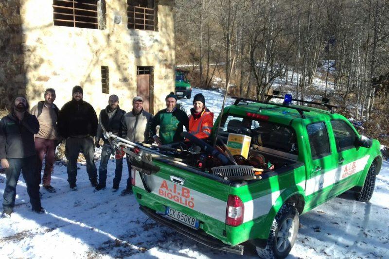 I volontari dell'AIB al lavoro sulla Rovella